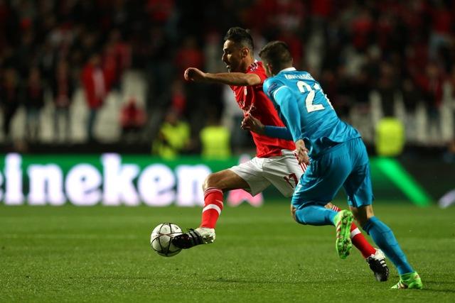 Na snímke pravo hráč Zenitu Javi Garcia, vľavo hráč Lisabonu Jonas v prvom zápase osemfinále Ligy majstrov vo futbale Benfica Lisabon - Zenit Petrohrad