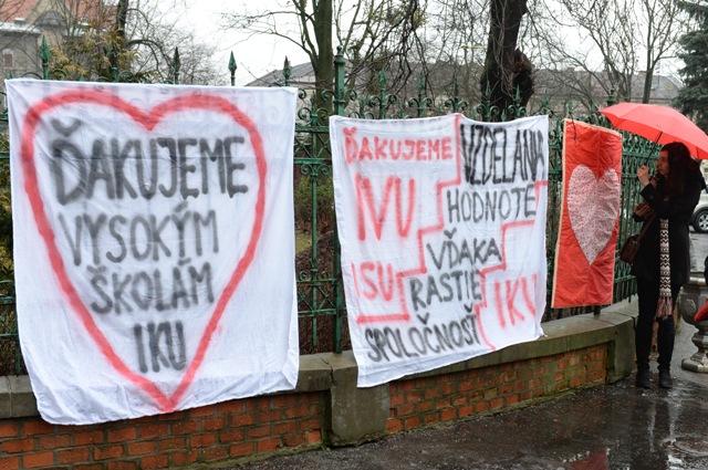 Snímka zo symbolického odovzdania štafetového kolíka pedagógom vysokých škôl  pred Rektorátom UPJŠ na Šrobárovej ulici v Košiciach 15. februára 2016