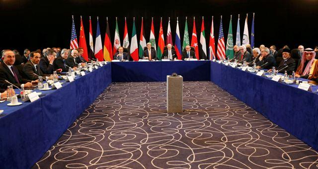 Šéfovia americkej a ruskej diplomacie John Kerry (uprostred druhý zľava) a Sergej Lavrov (uprostred vľavo) a ostatní delegáti počas stretnutia Medzinárodnej sýrskej podpornej skupiny (ISSG), ktorá rokovala o kríze v Sýrii v Mníchove 11. februára 2016 v predvečer otvorenia 52. medzinárodnej konferencie o bezpečnostnej politike