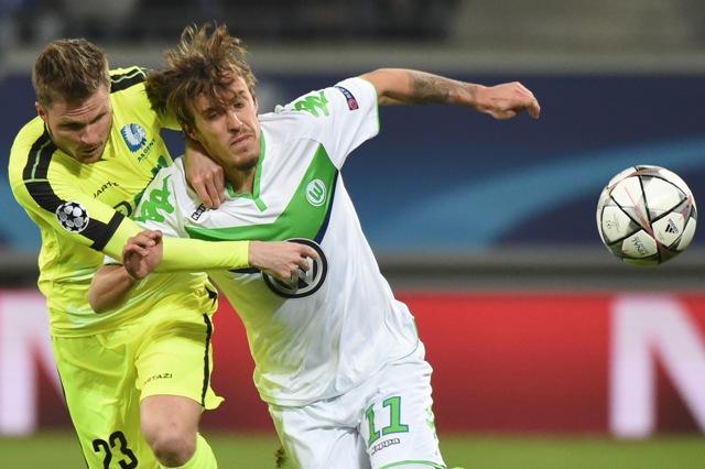 Na snímke vpravo hráč Wolfsburgu Max Kruse, vľavo hráč Gentu Lasse Nielsen v prvom zápase osemfinále futbalovej Ligy majstrov KAA Gent - VfL Wolfsburg