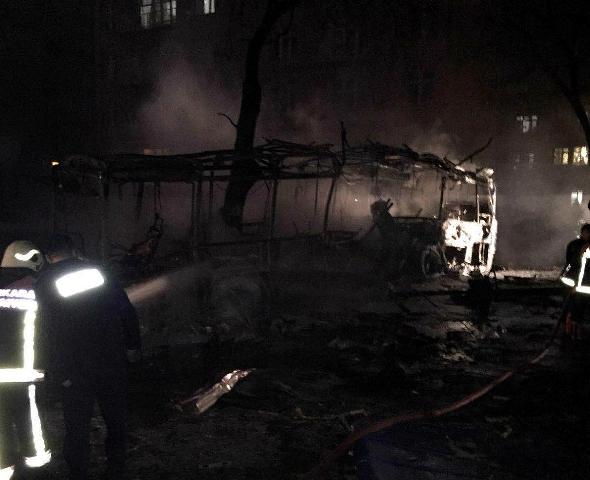 Na snímke hasiči hasia horiaci vrak autobusu po mohutnom výbuchu bomby, ktorý v stredu 17. februára 2016 otriasol vládnou štvrťou v tureckej metropole Ankara