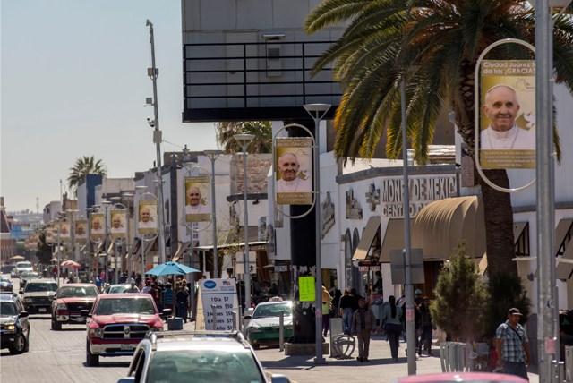 Portréty s pápežom Františkom visia na ulici v mexickom meste Ciudad Juarez pri hraniciach s USA