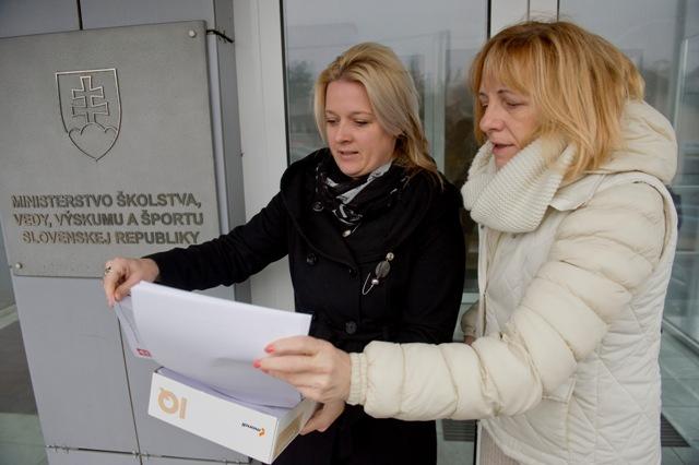 Na snímke vľavo Sabina Barborjak a Tatiana Mažárová - zástupkyne OZ Hrad Devín počas odovzdávania petície na ministerstve školstva, vedy, výskumu a športu