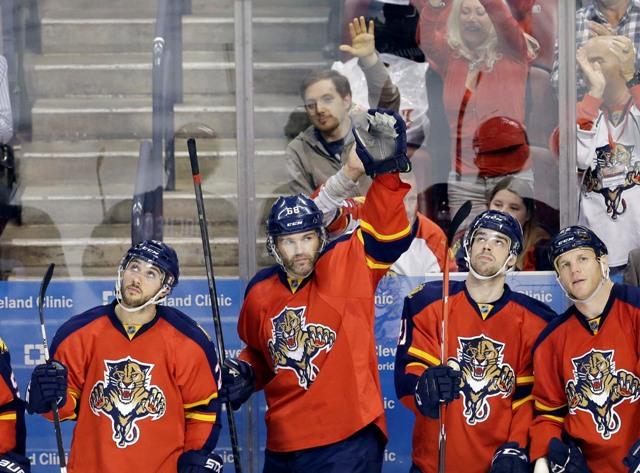 Český hráč Floridy Panthers Jaromír Jágr (druhý zľava) zdraví fanúšikov po tom, ako strelil druhý gól do bránky Winnipegu Jets v zápase hokejovej zámorskej NHL