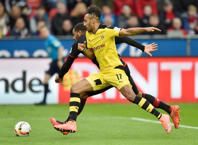 Hráč Dortmundu Pierre-Emerick Aubameyang (vpredu) v súboji s Jonathanom Tahom z Leverkusenu vo futbalovom zápase nemeckej Bundesligy Bayer Leverkusen - Borussia Dortmund