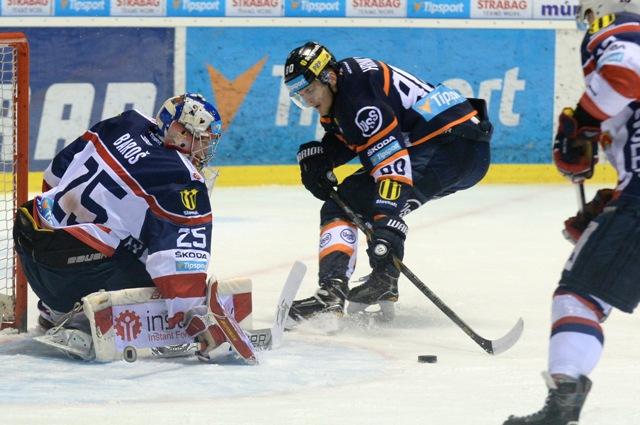 Na snímke uprostred hráč Košíc Tomáš Hrnka pred brankárom Zvolena Samuelom Barošom v 49. kole hokejovej Tipsport Ligy HC Košice - HKM Zvolen