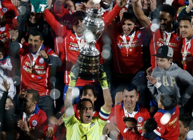 Snímka zo 4. júla 2015. Futbalisti Čile získali prvýkrát v histórii majstrovský titul na Copa America