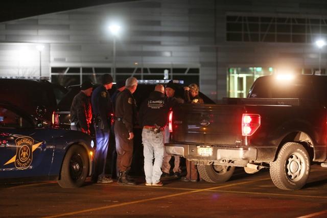 Policajti sa zhromažďujú po pátraní po strelcovi, ktorý má na svedomí šesť obetí streľby v meste Kalamazoo v americkom štáte Michigan 21. februára 2016