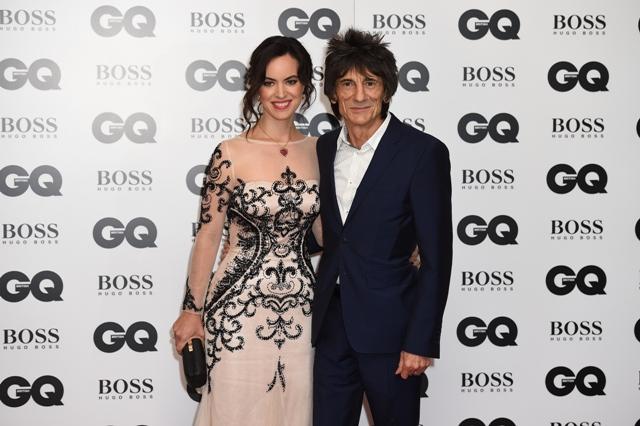 Na snímke britský rockový gitarista a člen kapely Rolling Stones Ronnie Wood a jeho manželka Sally Humphreysová