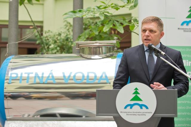 Brífing predsedu vlády SR Roberta Fica (na snímke) a ministra životného prostredia SR Petra Žigu na tému Odpoveď Európskej komisii v prípade ústavného zákazu vývozu pitnej vody zo Slovenskej republiky