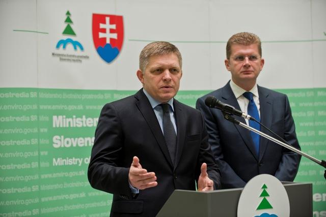 Brífing predsedu vlády SR Roberta Fica (vľavo) a ministra životného prostredia SR Petra Žigu (vpravo) na tému Odpoveď Európskej komisii v prípade ústavného zákazu vývozu pitnej vody zo Slovenskej republiky
