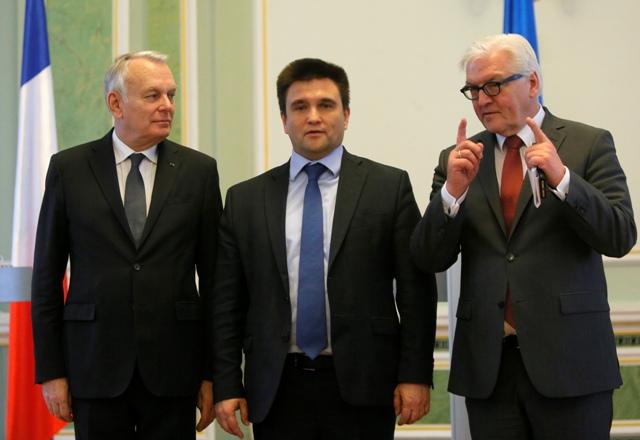 Na snímke ukrajinský minister zahraničných vecí Pavlo Klimkin (uprostred), nemecký minister zahraničných vecí Frank-Walter Steinmeier (vpravo) a francúzsky minister zahraničných vecí Jean-Marc Ayrault (vľavo)