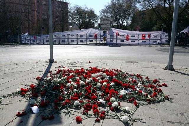 Na snímke karafiáty sú na mieste stredajšieho samovražedného atentátu v Ankare