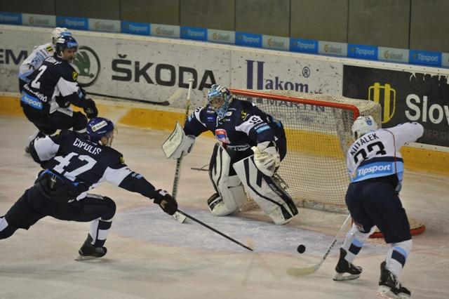 Na snímke vpravo Tibor Kutálek (Nitra) a vľavo Martins Cipulis (Martin) pred bránkou Martina Michal Dzubina v zápase 50. kola hokejovej Tipsport Ligy medzi MHC Martin - HK Nitra