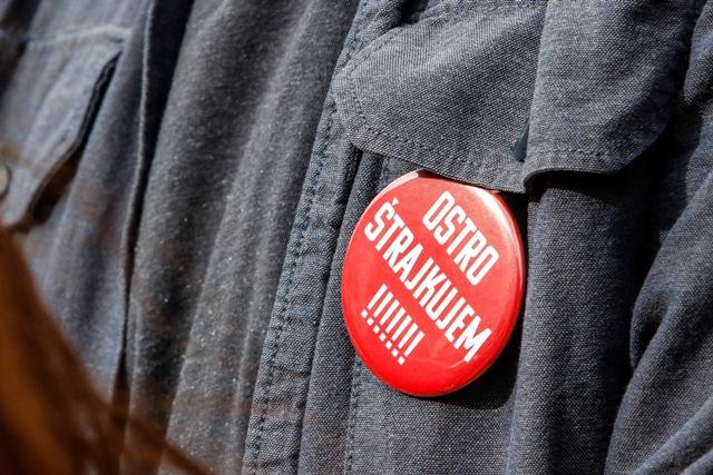 Na snímke odznak ostro štrajkujem