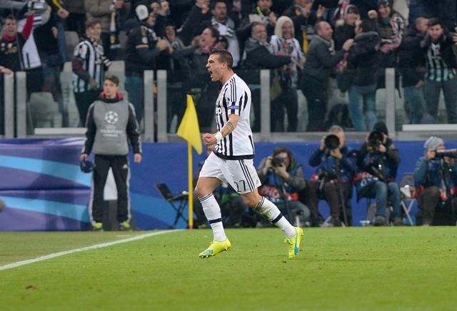 Na snímke hráč Juventusu Stefano Sturaro oslavuje svoj vyrovnávajúci gól na 2:2 v prvom zápase osemfinále futbalovej Ligy majstrov Juventus Turín - Bayern Mníchov (2:2)