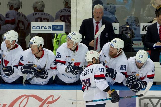 Na snímke v popredí Tomáš Starosta (Slovan) po strelení gólu na 2:0 pred striedačkou počas druhého stretnutia 1. kola play off KHL  CSKA Moskva - HC Slovan Bratislava