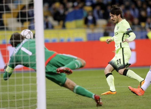 Hráč Manchesteru City David Silva (vpravo) strieľa druhý gól do bránky Dynamo Kyjev vo futbalovom zápase osemfinále Ligy majstrov Dynamo Kiev - Manchester City