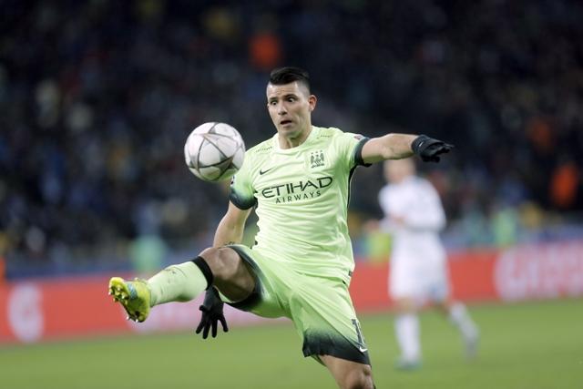 Na snímke hráč Manchestru Sergio Aguero s loptou v prvom zápase osemfinále futbalovej Ligy majstrov Dynamo Kyjev - Manchester City (1:3)