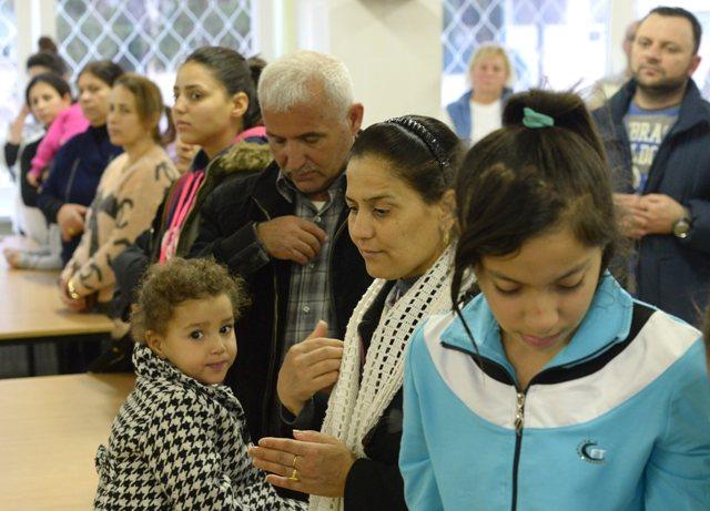 Skupina 149 asýrskych kresťanov, ktorých prijatie je súčasťou dobrovoľného príspevku k riešeniu migračnej krízy, v humanitárnom centre MV SR v Humennom
