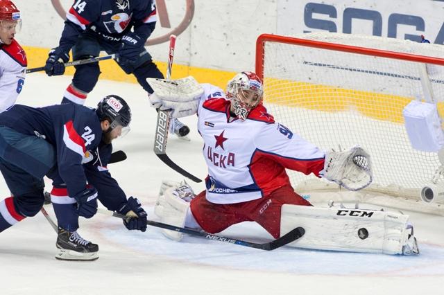 Na snímke vľavo Rok Tičar (Slovan) a vpravo brankár CSKA Iľja Sorokin vyráža puk počas tretieho stretnutia 1. kola play off KHL  CSKA Moskva - HC Slovan Bratislava