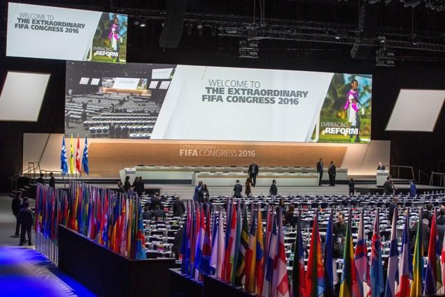Pohľad na upravený priestor Hallenstadiona, kde sa zišli delegáti na mimoriadnom Kongrese Medzinárodnej futbalovej federácie (FIFA)