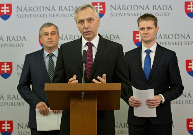Na snímke zľava podpredseda KDH Pavol Zajac, predseda KDH Ján Figeľ a podpredseda KDH a odborník pre ekonomiku Miloš Moravčík