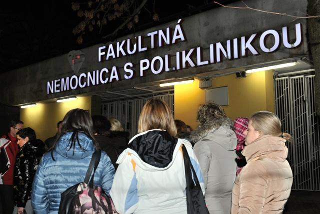 Na snímke zdravotné sestry, ktoré ukončili svoju prácu počas mimoriadneho brífingu ku krízovej situácií v slovenskom zdravotníctve pred hlavným vstupom do Fakultnej nemocnice s poliklinikou v  Žiline po polnoci 1. februára 2016