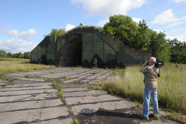 Na snímke z 29.augusta 2008 bývalý letecký hangár na uzatvorenom vojenskom areáli v severopoľskom Redzikowe
