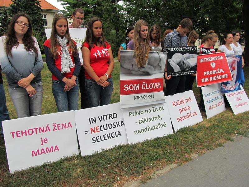 Na snímke košickí študenti pred gynekologickým oddelením, kde sa vykonávajú potraty
