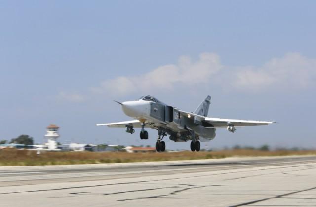 Na archívnej snímke ruský stíhací bombardér SU-24M, vyzbrojený laserom navádzanými bombami, štartuje z leteckej základne Hmeimim v Sýrii