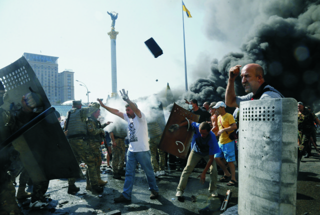 Na archívnej snímke aktivisti počas zrážok s políciou na Námestí nezávislosti (Majdan) v Kyjeve 7. augusta 2014