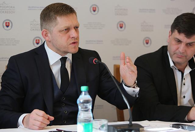 Na snímke zľava predseda vlády SR Robert Fico a štátny tajomník ministerstva práce SR Branislav Ondruš