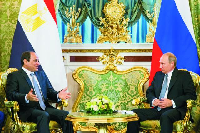 Na snímke ruský prezident Vladimir Putin (vpravo) a egyptský prezident Abdal Fattáh Sísí
