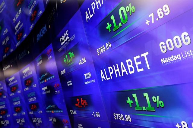 Na elektronickej tabuli ceny akcií spoločnosti Alphabet na newyorskej burze