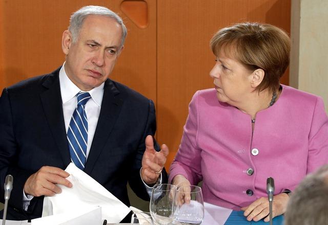 Na snímke nemecká kancelárka Angela Merkelová (vpravo) a izraelský premiér Benjamin Netanjahu