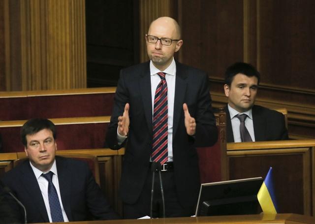 Na snímke  ukrajinský premiér Arsenij Jaceňuk (v strede)