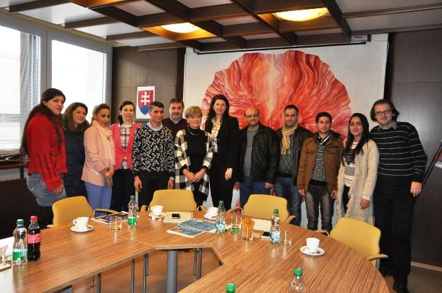 Na snímke skupina asýrskych kresťanov spolu s pracovníkmi mestského úradu, ktorí im predstavili Nitru