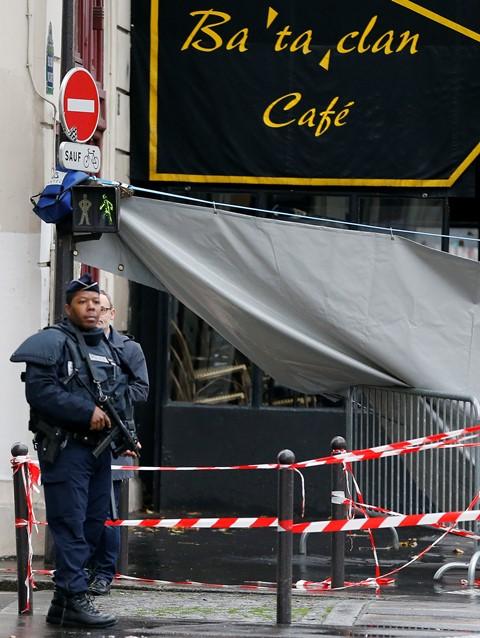 Na snímke policajt hliadkuje pred koncertnou halou Bataclan