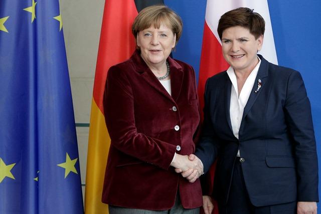 Na snímke nemecká kancelárka Angela Merkelová (vľavo) a poľská premiérka Beata Szydlová