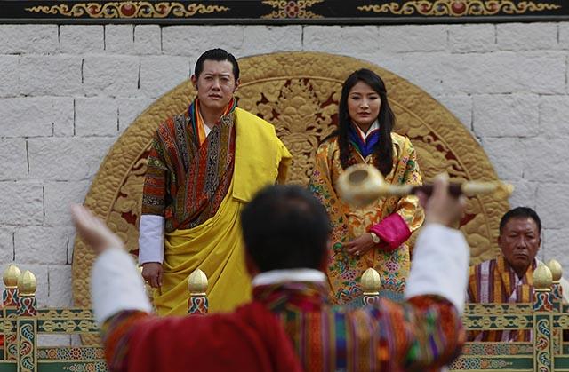Bhutánsky kráľ  Džigme Khesar Namgjel Vangčuk a bhutánska kráľovná  Džecün Päma počas svadby v roku 2011.