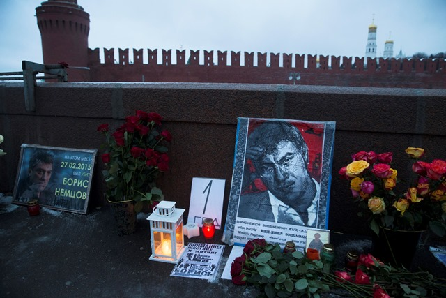 Na snímke kvety, sviečky a portréty  ruského opozičného politika Borisa Nemcova sú položené na mieste, kde ho pred rokom zastrelili