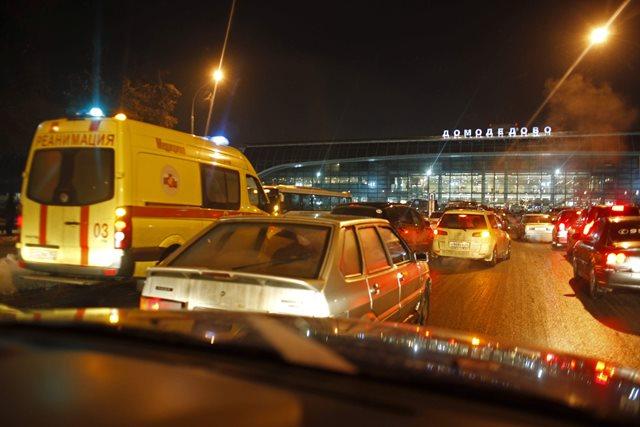 Na snímke autá a sanitka sú pred vchodom do moskovského letiska Domodedovo