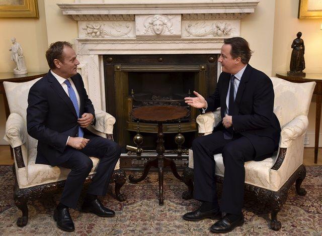 Na snímke britský premiér David Cameron (vpravo) sa rozpráva s predsedom Európskej rady Donaldom Tuskom