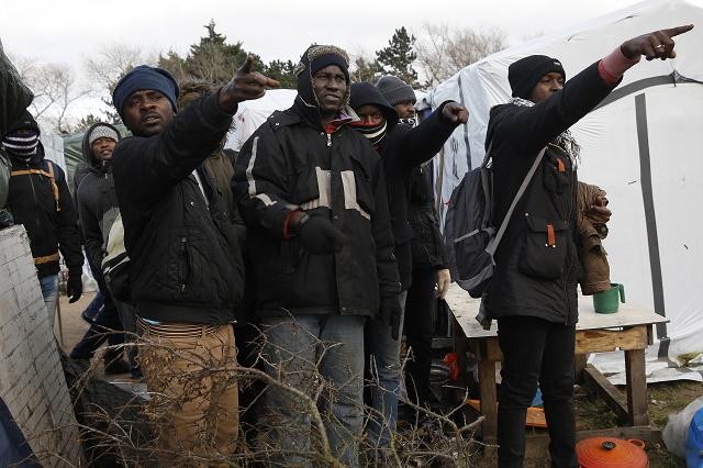 Ilustračné foto: Migranti v Calais ukazujú reportérom na stany, ktoré polícia začala páliť a búrať po nekontrolovateľných potýčkach a vzburách