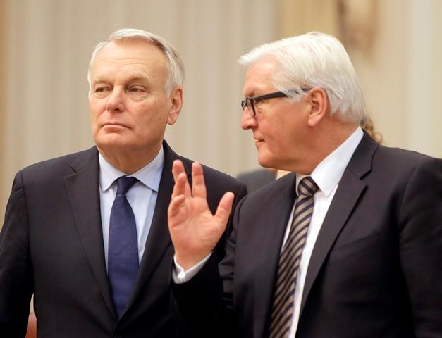 Na snímke šéf nemeckej diplomacie Frank-Walter Steinmeier (vpravo) a šéf francúzskej diplomacie  Jean-Marc Ayrault