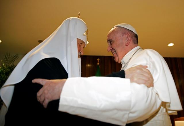 Na snímke patriarcha Kirill a pápež František počas prvého spoločného stretnutia