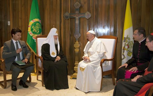 Na snímke pápež František (uprostred vpravo) a ruský pravoslávny patriarcha Kirill (uprostred vľavo) sa rozprávajú počas ich stretnutia na letisku José Martího v Havane
