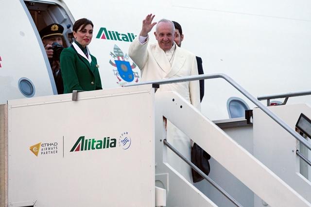 Na snímke pápež František máva zo schodíkov lietadla, ktorým odletel na týždňovú návštevu Mexika