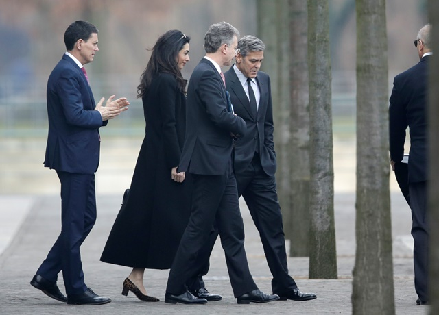 Na snímke americký herec George Clooney (v strede vpravo) s manželkou Amal (druhá zľava) odchádza v sprievode medzinárodného poradcu Angely Merkelovej Christopha Heusgena (druhý zľava) zo súkromného stretnutia s nemeckou kancelárkou Angelou Merkelovou